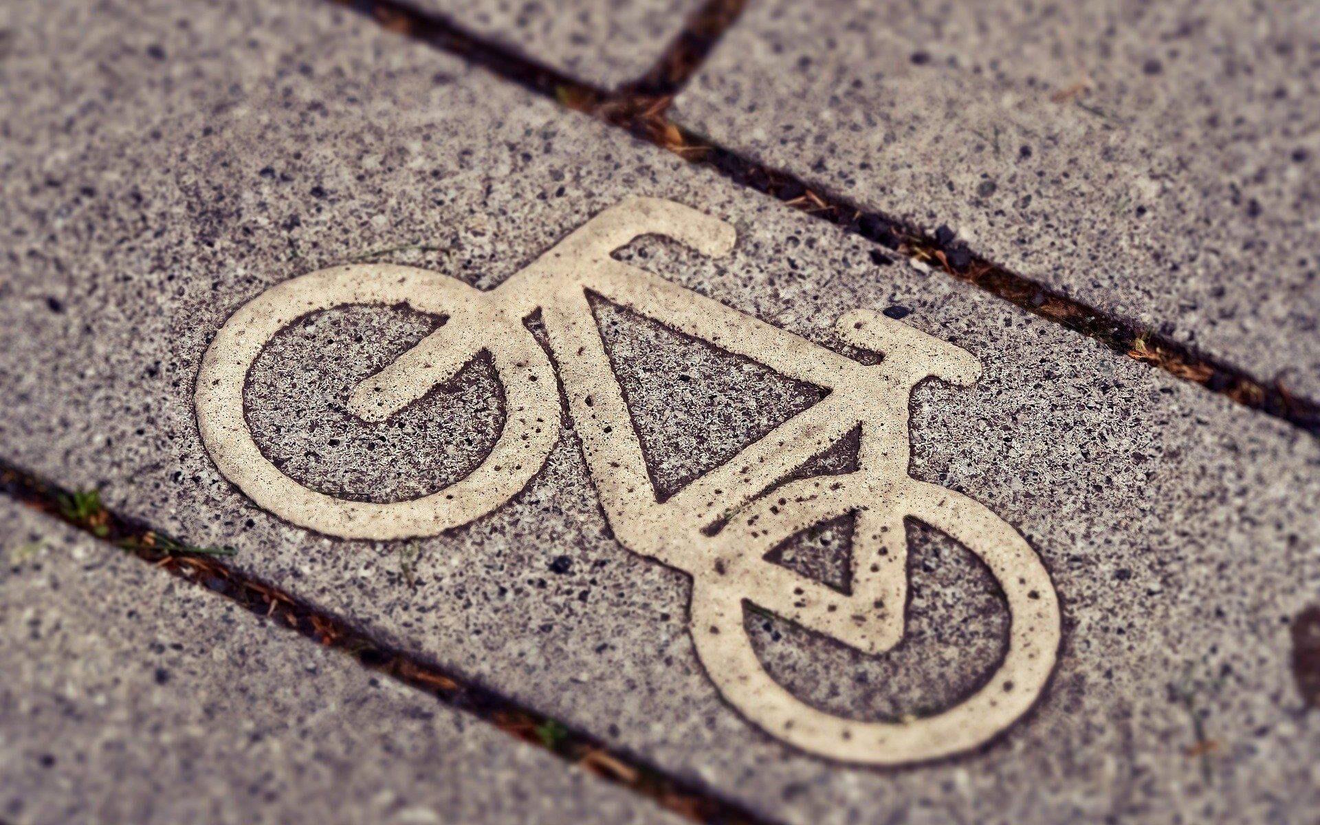 Foto von einem Fahrradsymbol auf einem Pflasterstein